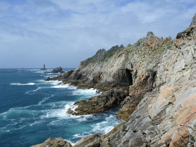 La Pointe du Raz et au loin le Phare de la Vieille