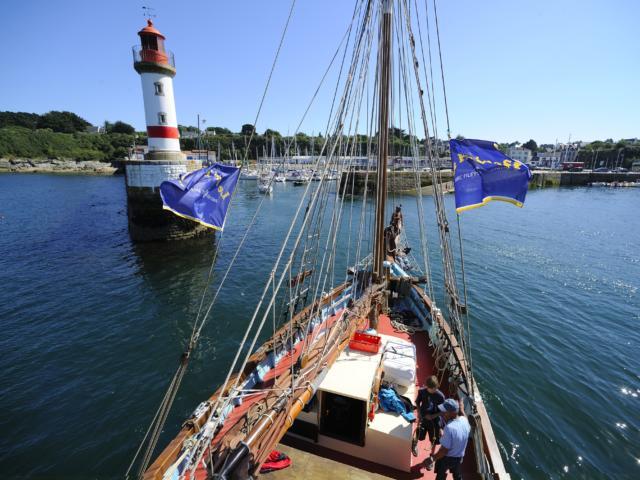 Le bateau la Reine des Flots de Gavres arrive au port de Groix