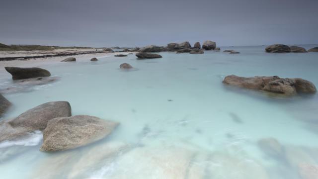 France, Finistere (29), Brignogan-Plages, l'eau turquoise de la grande plage sur la Cote des Legendes au coeur du Pays pagan