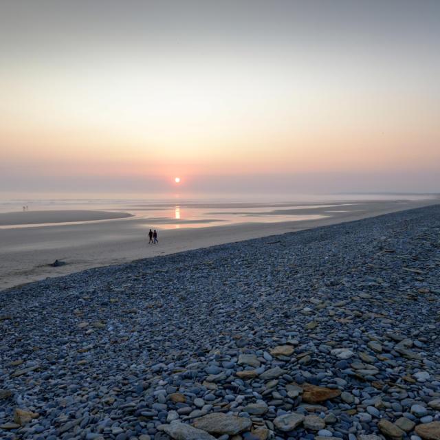 Cordon de galets de la Baie d'Audierne au coucher du soleil