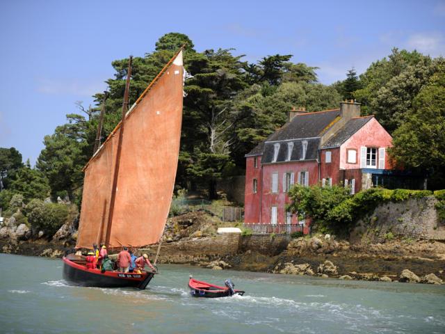 le bateau le Mab er Guip navigue sur la mer - Golfe du Morbihan