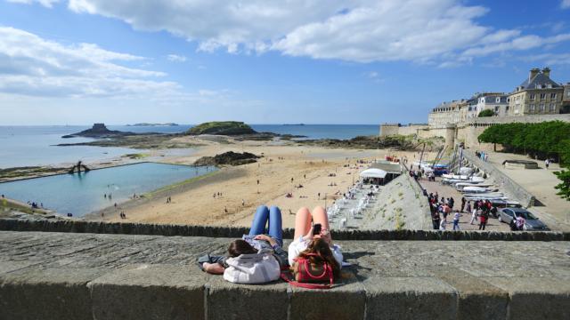 Saint-Malo - Sieste sur les remparts avec une vue imprenable sur le Grand Bé et le Petit Bé