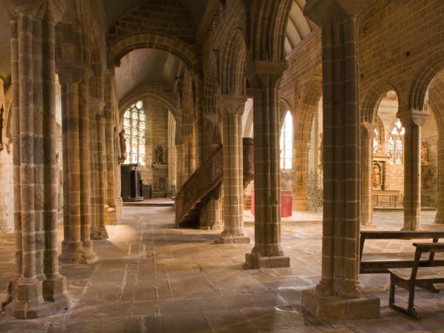 Ambiance a l'interieur de l'egliseFrance, Finistere (29) Pont-Croix, eglise Notre Dame de Roscudon