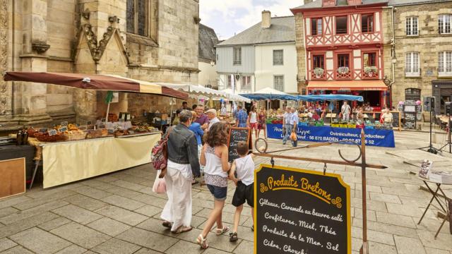 Le marché de Josselin devant l'église