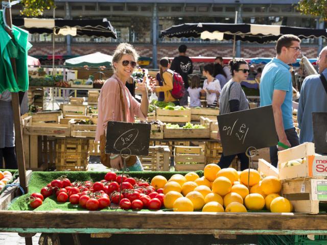 Jeune femme au marché des Lices