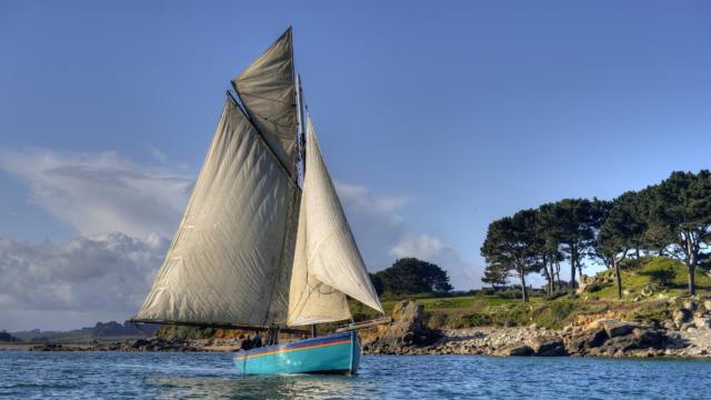 Le bâteau la Marie-Georgette navigue sur la mer au large de Plougrescant