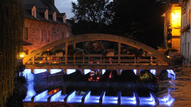 Vue sur Pontrieux de nuit et sur son pont