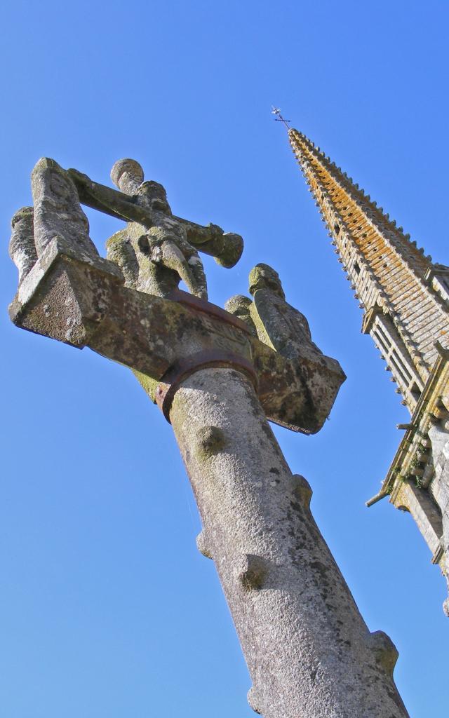Vue en gros plan sur la croix du calvaire de Pouneour-Menez.