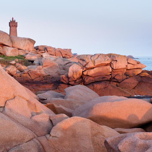 Ploumanac'h au coucher du soleil - Le tour de manche a veloEn arriere-plan vue sur le phare de Mean Ruz.